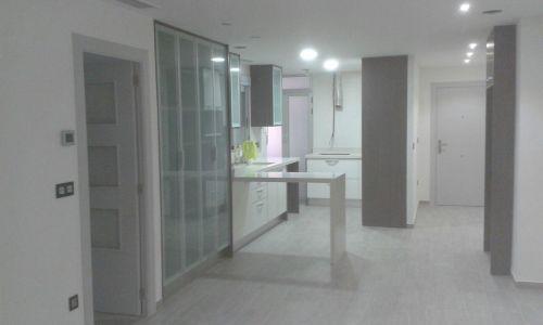 Barra de cocina en silestone blanco con bajada