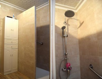 División de ducha con tabique de azulejos