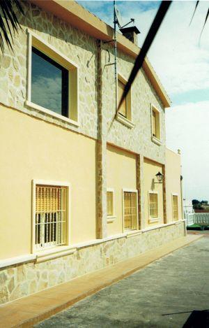 Rehabilitación de fachada con monocapa y piedra natural