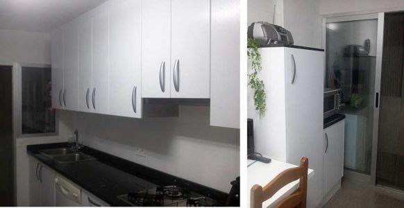 Muebles en blanco mate y tiradores de aluminio