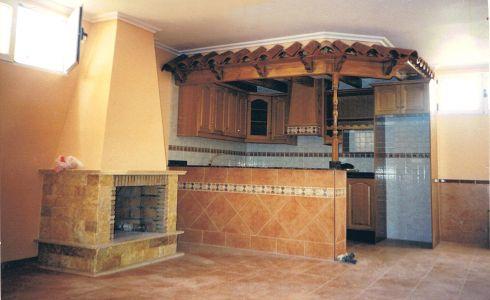Sótano rústico con chimenea y decoración en madera y tejas