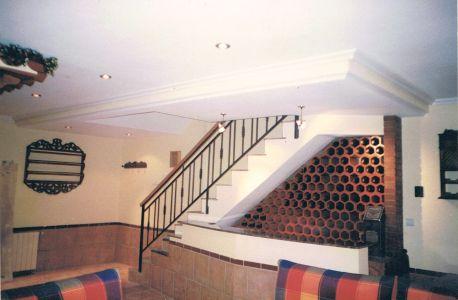 Botellero integrado en la bajante de la escalera